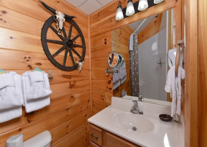 Pigeon Forge Cabin - Owlpine Lodge - Bathroom