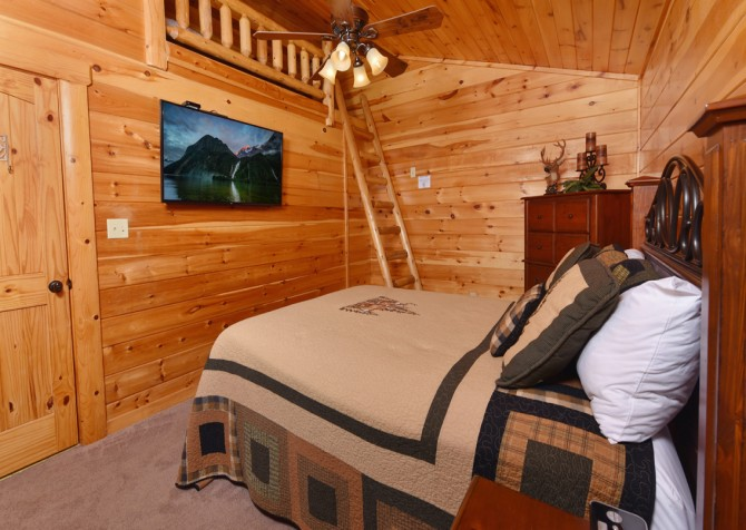 Pigeon Forge Cabin - Owlpine Lodge - Bedroom