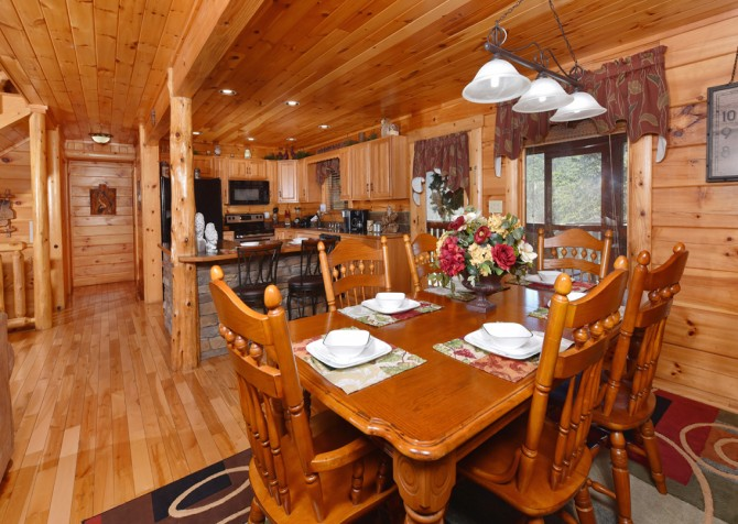 Pigeon Forge Cabin - Owlpine Lodge - Dining Room