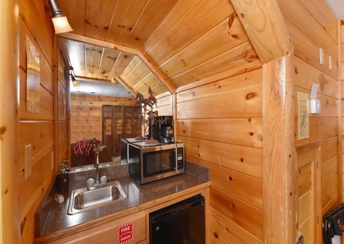 Pigeon Forge Cabin - Owlpine Lodge - Kitchenette