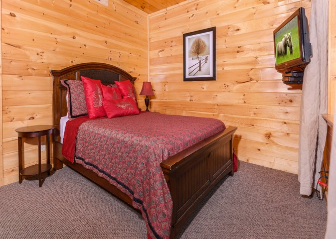 pigeon forge cabin – paul bunyans treehouse – bedroom
