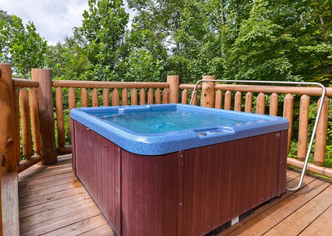 Pigeon Forge Cabin – Paul Bunyan's Treehouse – Outdoor Hot Tub