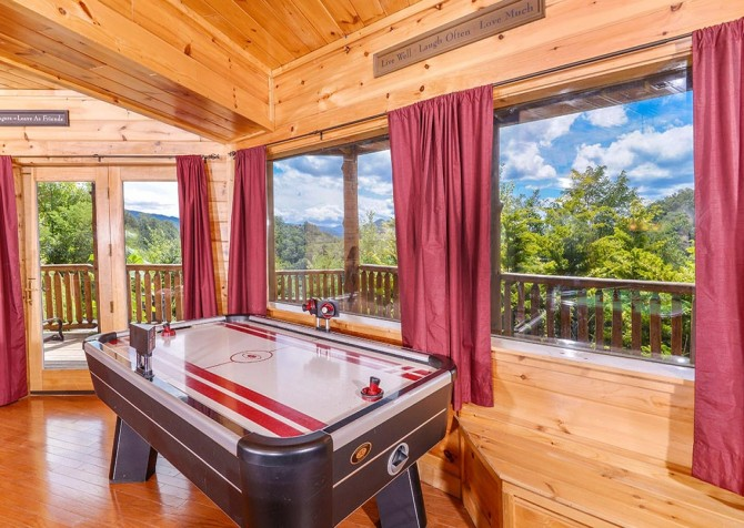 pigeon forge cabin – paul bunyans treehouse – game room