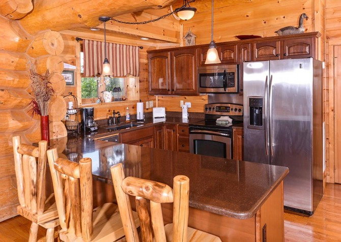 pigeon forge cabin – paul bunyans treehouse – kitchen