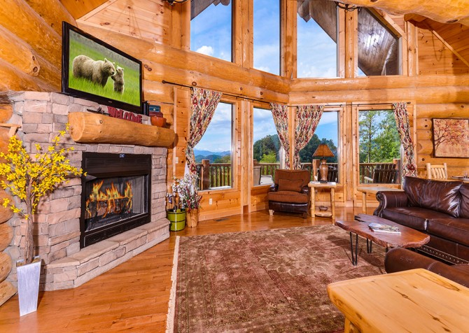 Pigeon Forge Cabin – Paul Bunyan's Treehouse – Living Room TV & View