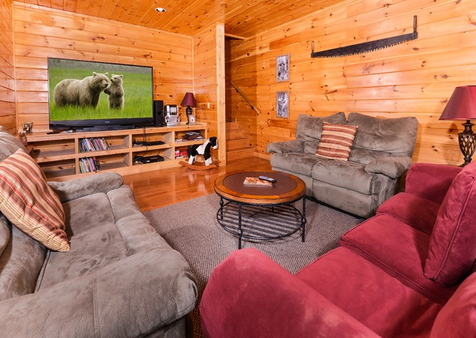 Pigeon Forge Cabin – Paul Bunyan's Treehouse – Theater Area