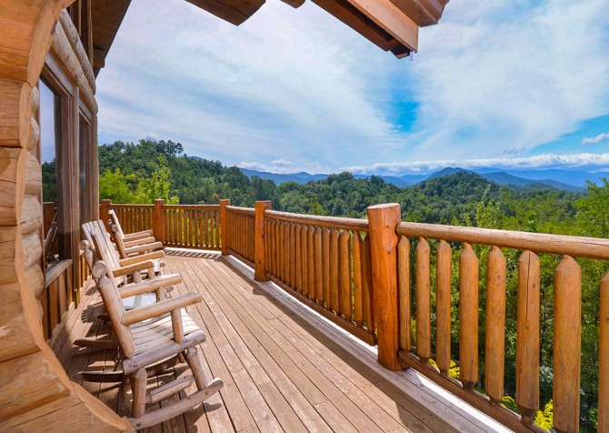 Pigeon Forge Cabin – Paul Bunyan's Treehouse – Exterior Front Deck View