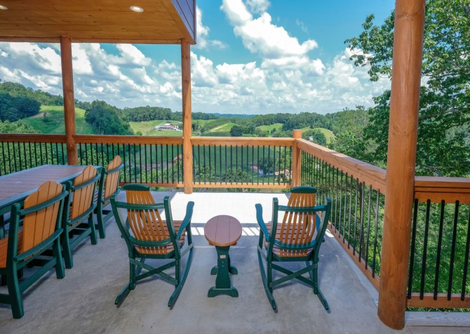 Pigeon Forge Cabin - Scenic Solitude Retreat - Covered Deck/Deck Seating