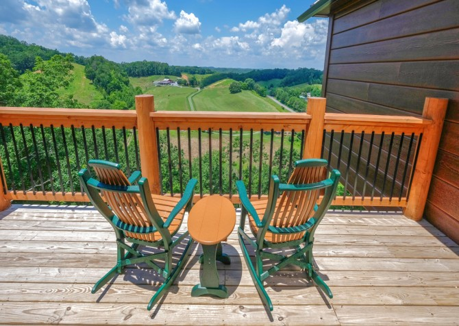 Pigeon Forge Cabin - Scenic Solitude Retreat - Deck Seating/View