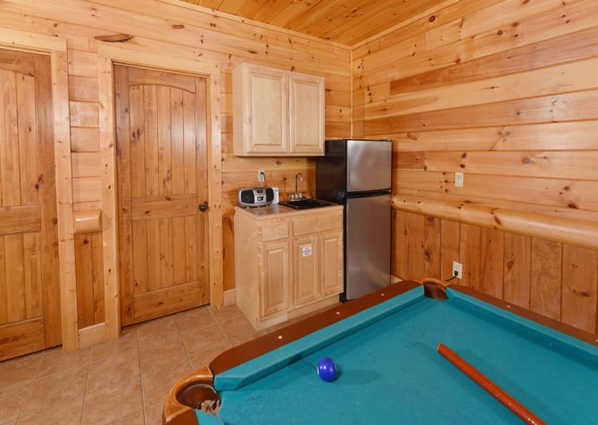 Pigeon Forge Cabin - Smoky Mountain Splash - Rec Room/Kitchenette