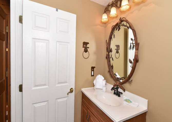 Pigeon Forge - Smoky View Top Shelf - Bathroom Three