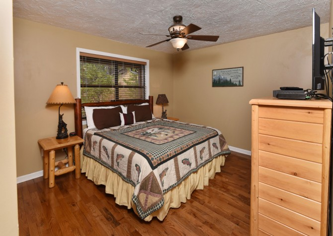 Pigeon Forge - Smoky View Top Shelf - Bedroom Five