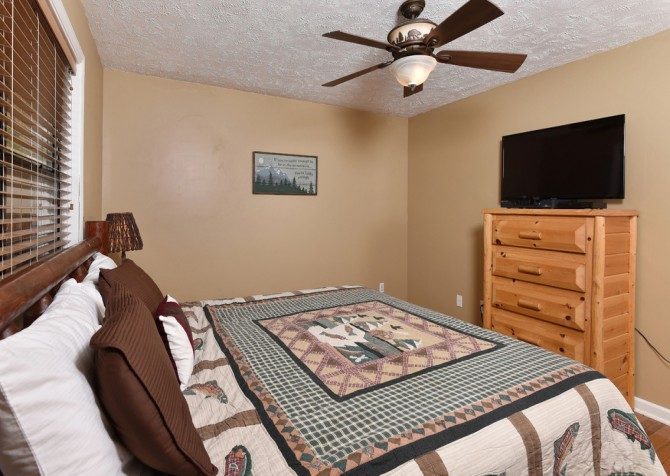 Pigeon Forge - Smoky View Top Shelf - Bedroom Five TV
