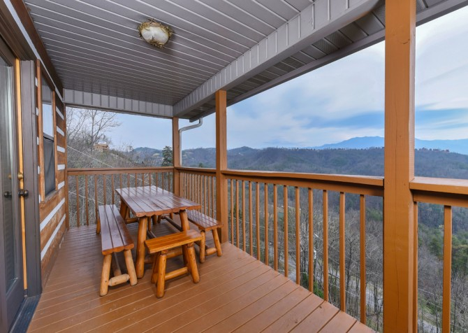 Pigeon Forge - Smoky View with a Twist - Covered Deck Dining