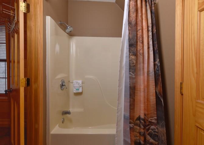 Pigeon Forge Cabin - Wild Bear Lodge – Bathroom
