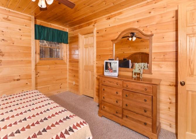 pigeon forge cabin – casa di amore – bedroom