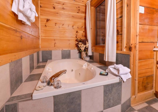 Pigeon Forge Cabin- It's Good N Da Woods Lodge – Indoor Jetted Tub
