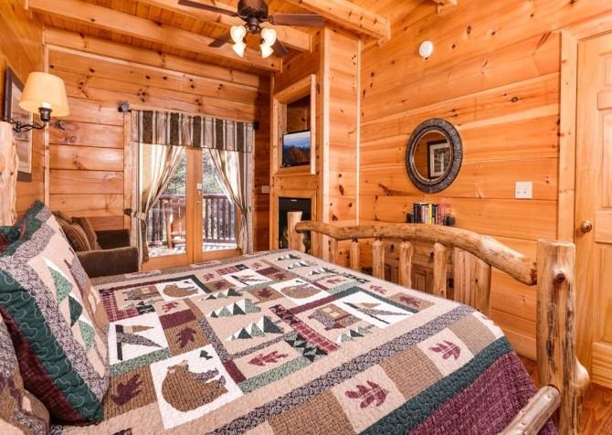 Pigeon Forge Cabin- It's Good N Da Woods Lodge – Bedroom