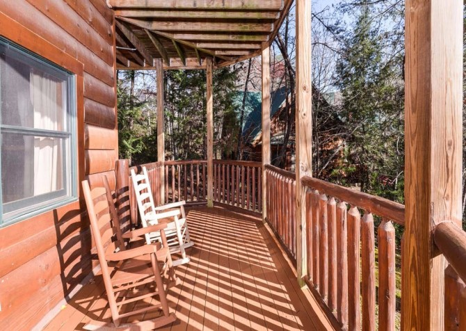 Pigeon Forge Cabin- It's Good N Da Woods Lodge – Rocking Chairs