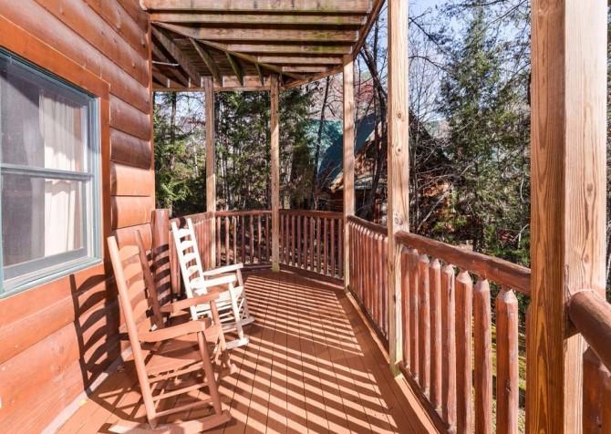 Pigeon Forge Cabin- It's Good N Da Woods Lodge – Rocking Chairs