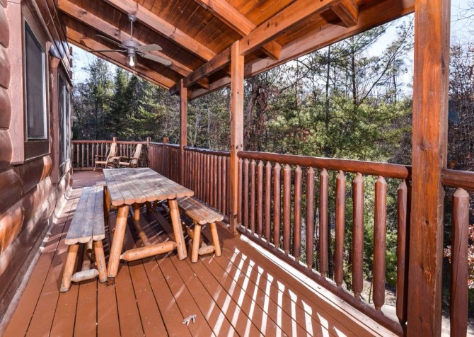 Pigeon Forge Cabin- It's Good N Da Woods Lodge – Deck Picnic Table