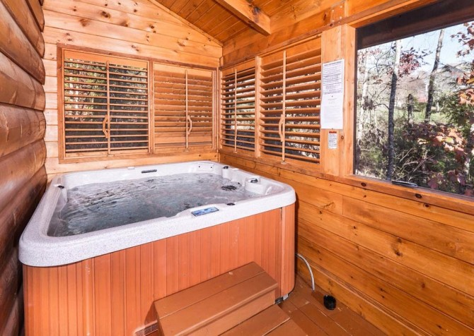 Pigeon Forge Cabin- It's Good N Da Woods Lodge – Outdoor Hot Tub