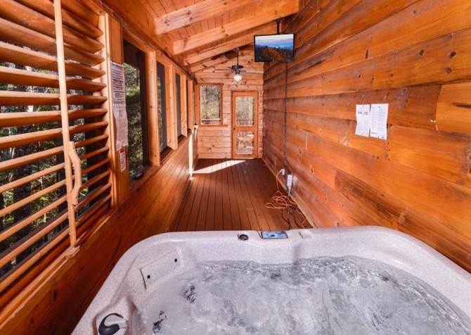 Pigeon Forge Cabin- It's Good N Da Woods Lodge – Outdoor Hot Tub TV