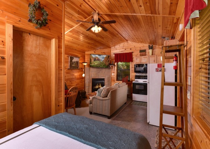 Pigeon Forge Cabin- In Green Pastures – Bedroom