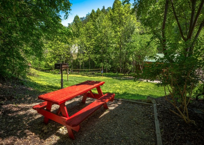 Pigeon Forge Cabin- In Green Pastures – Picnic Table