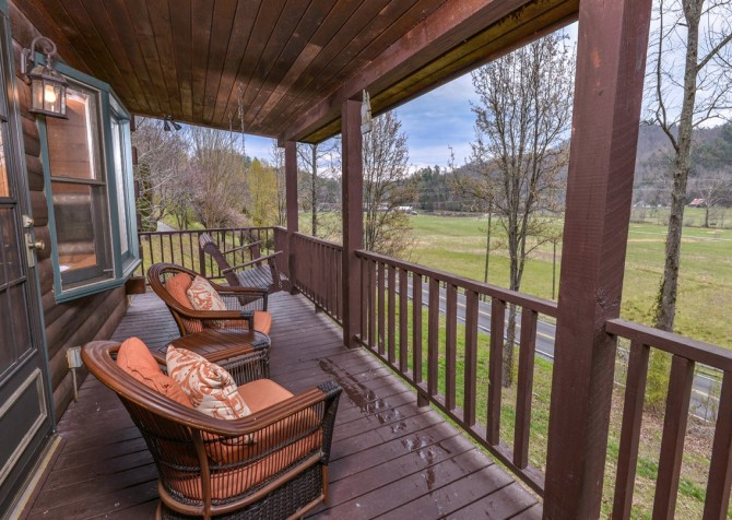 Pigeon Forge Cabin- Irresistible – Deck Seating