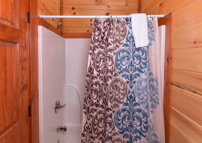 Pigeon Forge Cabin- Jennie's Cove - Shower