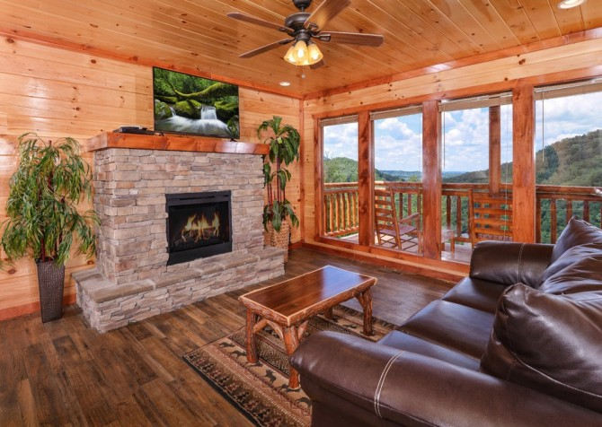 Pigeon Forge Cabin - Majestic Mountain Water - Living Room