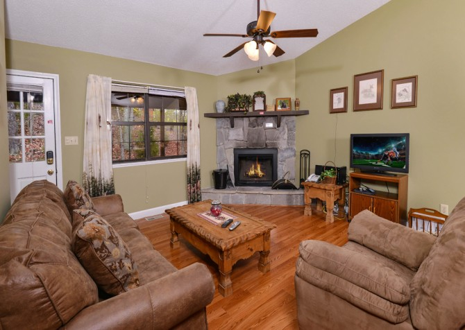 Pigeon Forge - Mountain Getaway- living room