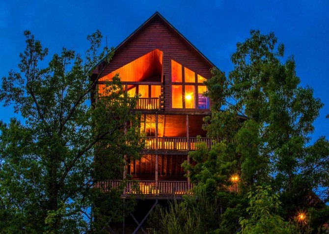 Pigeon Forge Cabin- Mt. LeConte Views Lodge – Exterior Twilight
