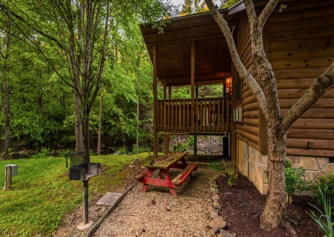 Pigeon Forge Cabin- My Cup Overflows – Picnic Area