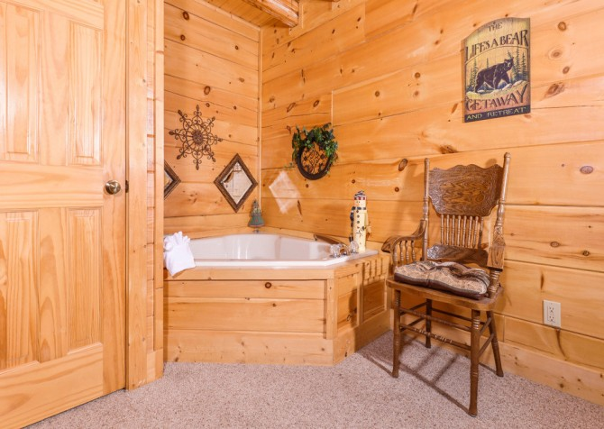 Pigeon Forge Cabin- Oh Yea – Indoor Jetted Tub