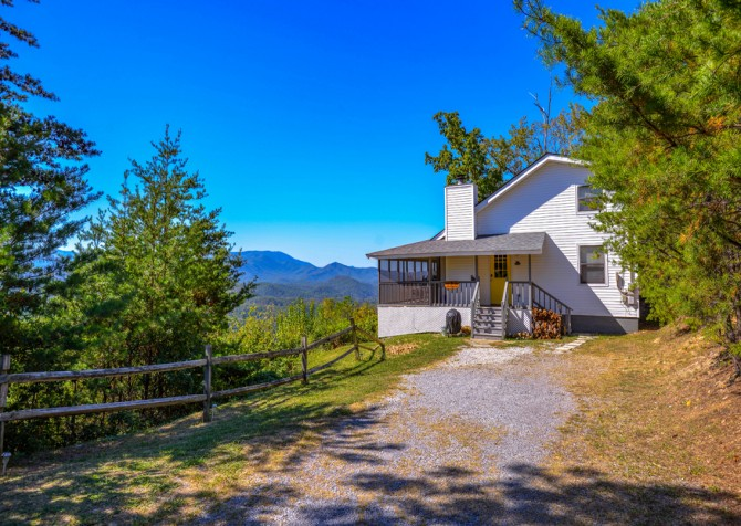 Pigeon Forge Cabin- Over The Top – Exterior & Driveway
