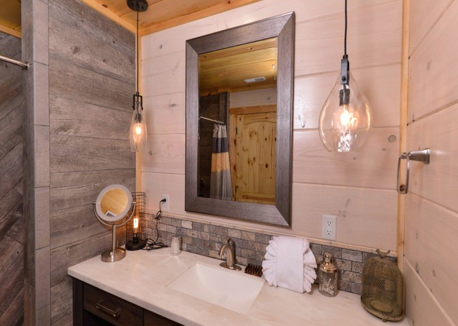 Pigeon Forge Cabin- Point of Grace – Bathroom