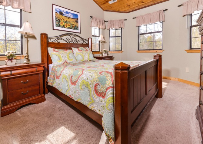 Pigeon Forge Cabin - River Retreat - Bedroom