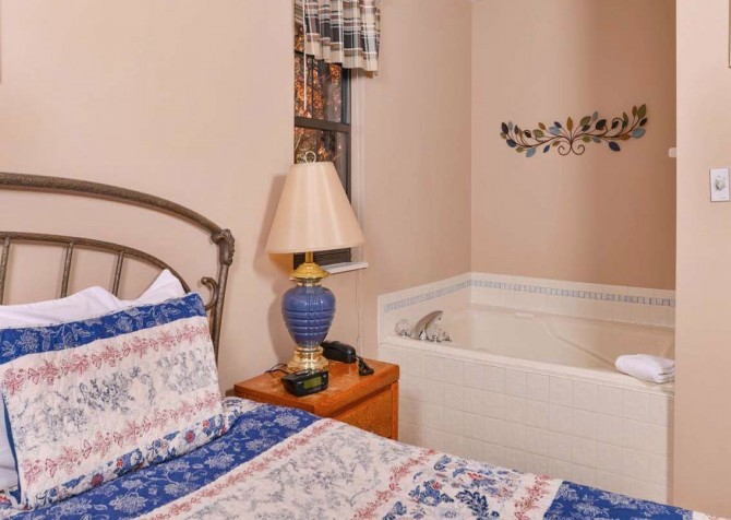 Pigeon Forge Cabin - Serenity - Bedroom with Bath