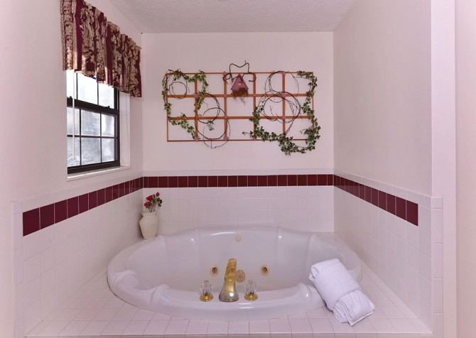 Pigeon Forge - Shades Of The Past - Bathroom