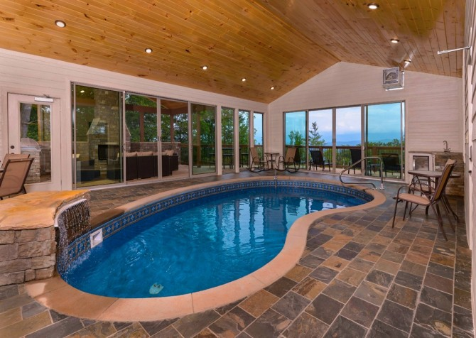 Pigeon forge cabins smoky mountain manor for Cabin indoor pool