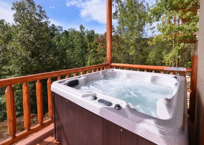 Pigeon Forge Splashin' Bears Retreat Hot Tub