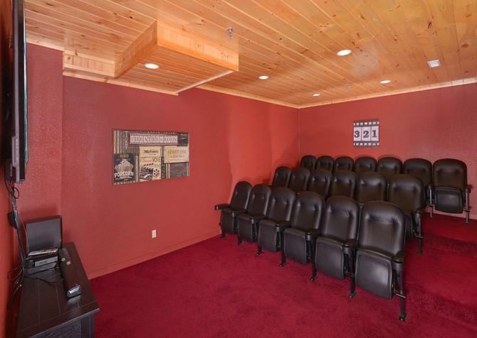 Pigeon Forge Splashin' Bears Retreat Theater Room