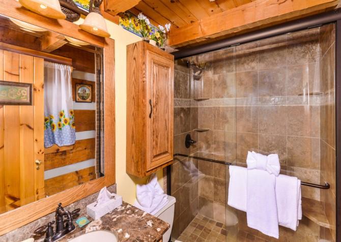 Pigeon Forge Sunflower House Bathroom