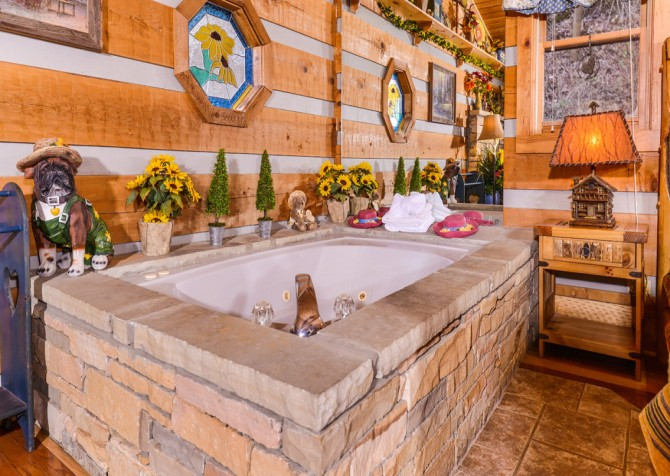 Pigeon Forge Sunflower House Indoor Jetted Tub