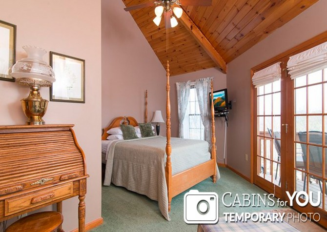 Pigeon Forge Cabin - Von Bryan Estate - Bedroom Temp