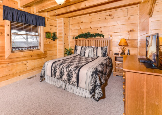 Pigeon Forge - A Wolf's Den - Bedroom 2