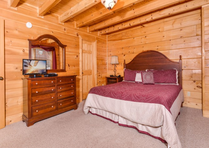 Pigeon Forge - A Wolf's Den - Bedroom 1