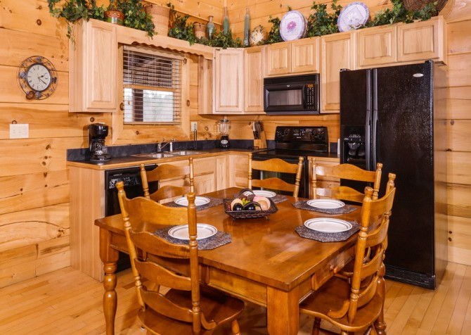 Pigeon Forge - A Wolf's Den - Kitchen and DIning